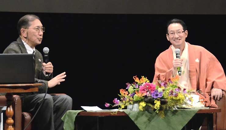 城の魅力を語る春風亭昇太さん(右)と中井教授