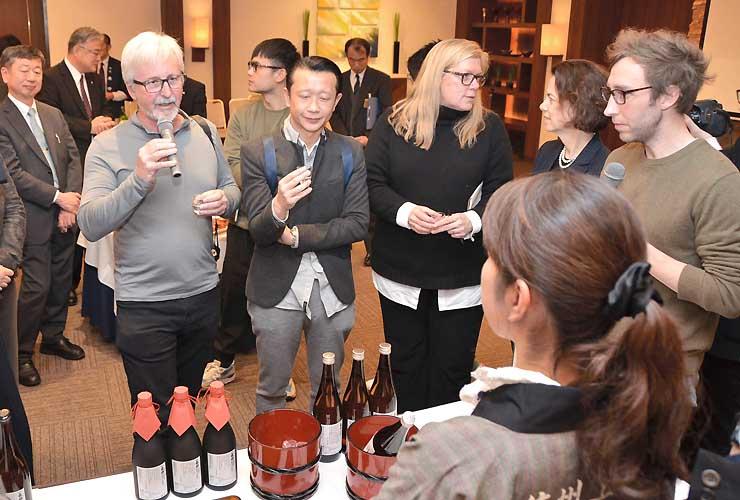 県内の地酒を試飲し、感想を述べる海外のワイナリーオーナーやレストラン関係者