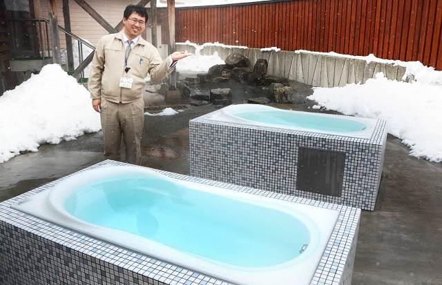 約4年ぶりに営業を再開する温浴施設「うらら館」。寝ながら入れる風呂を新たに設けた=9日、福井県大野市南六呂師