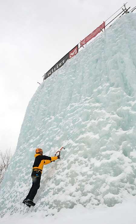 高さ約12メートルの氷壁の様子を確かめる上田さん