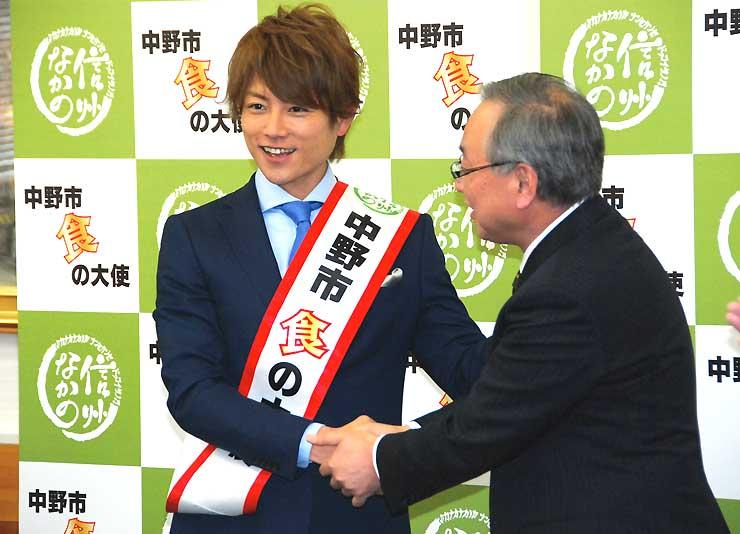 「食の大使」に就任し、池田市長と握手する杉浦さん=9日、中野市役所