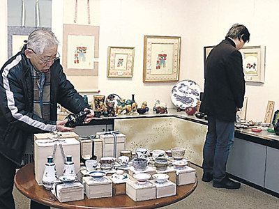 版画や陶器600点並ぶ 白山で入札展