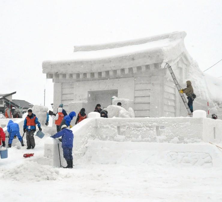 JR飯山駅前に設置した雪の神社