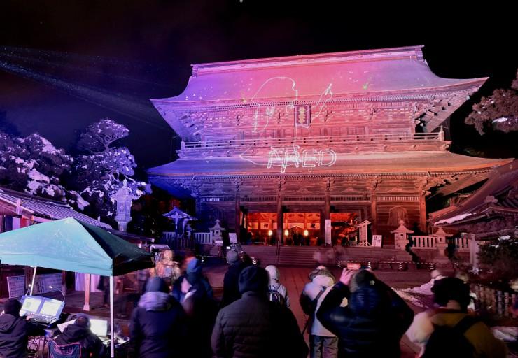 長野灯明まつりの試験点灯が行われた善光寺の山門=10日午後6時半すぎ、長野市
