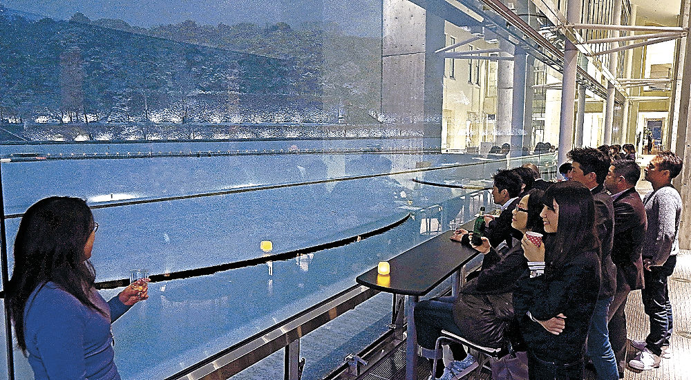 石垣を眺めながら料理や酒を楽しむ来場者=しいのき迎賓館