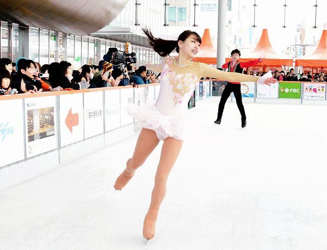 ハピリンクで披露された関西大のアイススケートショー=11日、福井市のハピリンの屋根付き広場ハピテラス