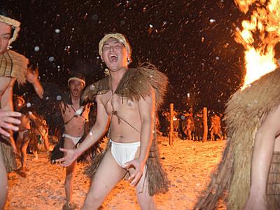 小谷村大網地区で「雪と火の祭り」 鬼役の男衆の叫びがこだます