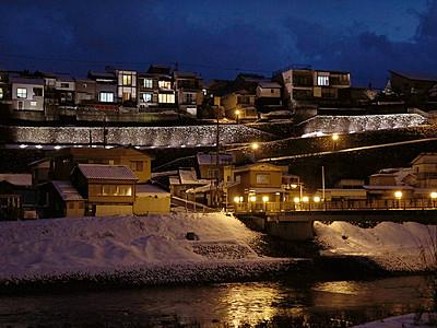 「越中八尾冬浪漫」始まる 坂の町 幻想的に