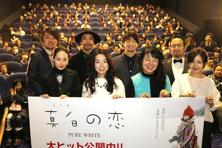 舞台あいさつに登場した坂本監督(後列左)、佐藤みゆきさん(前列左から2人目)ら=TOHOシネマズ高岡