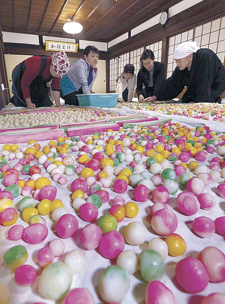 一面に並べられた色鮮やかな涅槃団子=金沢市長坂町の大乘寺