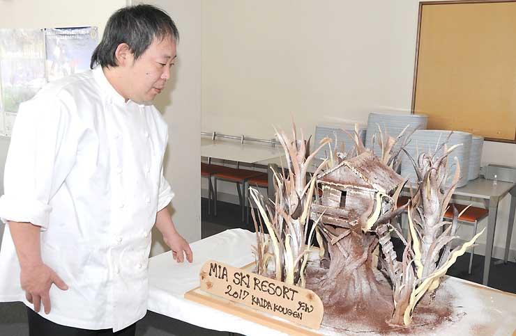 チョコレートで作ったツリーハウスを見る星山さん