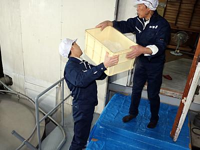 被災の「加賀の井」酒造り再開 黒部で銀盤の設備借り