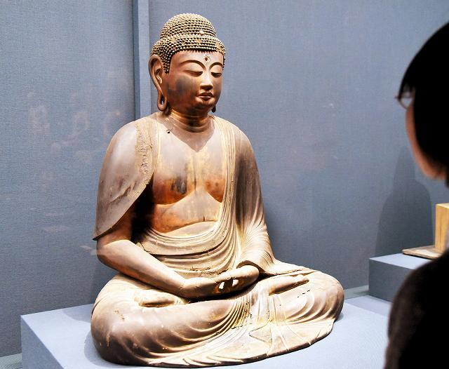 初公開されている阿弥陀如来坐像=福井県小浜市の県立若狭歴史博物館