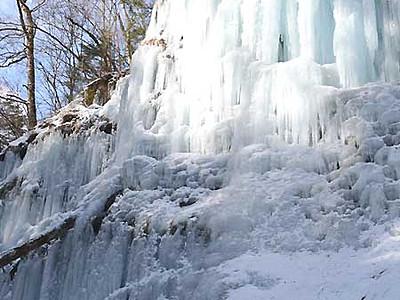 青白く輝く「氷壁」 南牧・湯川渓谷