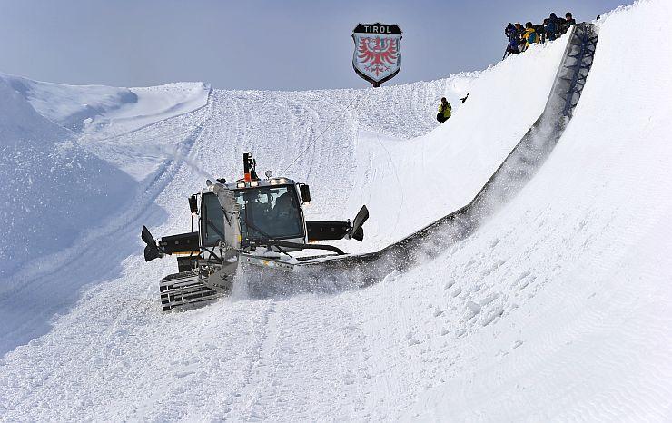圧雪車による成形作業が進むモンスターパイプ=14日、南魚沼市の石打丸山スキー場