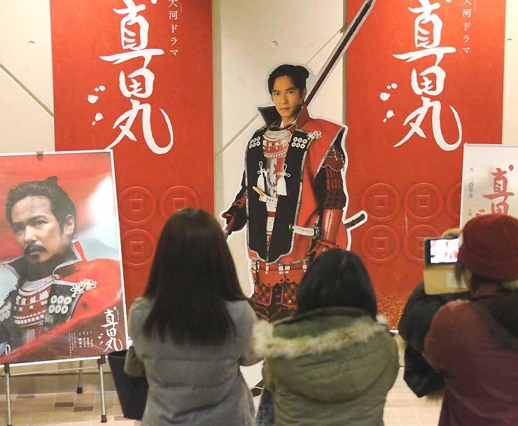 真田丸最終回のパブリックビューイング会場で記念撮影するファンら。台湾でも人気を呼ぶか=昨年12月、上田市