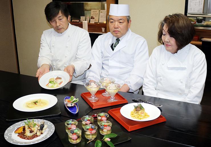 料理の試作品を披露する水口会長(中央)ら