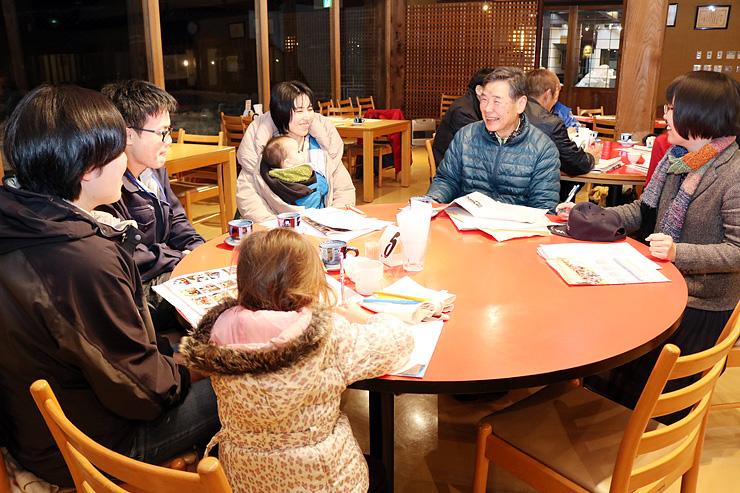 子どもたちをもてなすための食事や体験プログラムを話し合う出席者