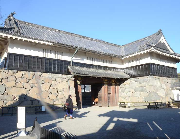 老朽化に伴い応急的に改修する松本城の黒門