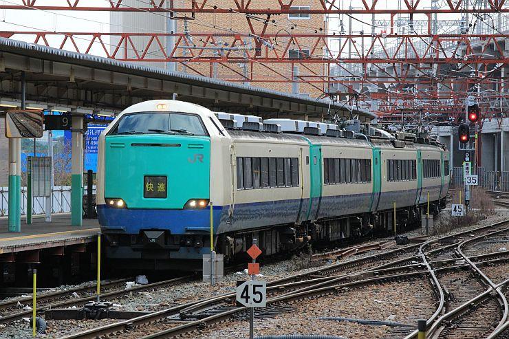 3月にラストランを迎える485系R編成の車両=15日、JR新潟駅