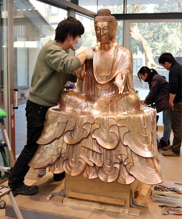 仕上げの作業が進む釈迦如来像=東京芸術大
