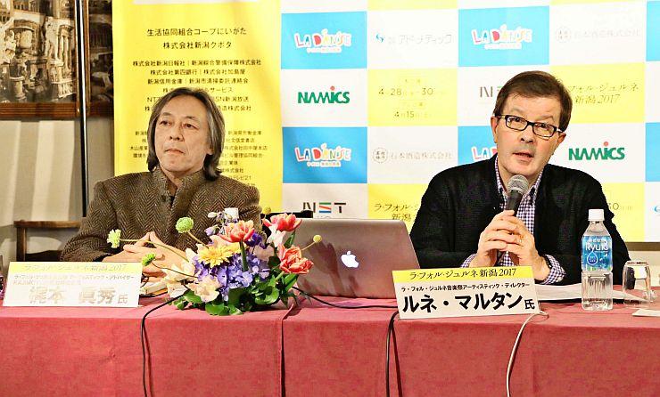 「ラ・フォル・ジュルネ新潟」のプログラムを説明するルネ・マルタンさん(右)=16日、新潟市中央区
