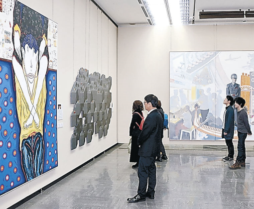 北陸国展で絵画の大作を鑑賞する来場者=石川県立美術館