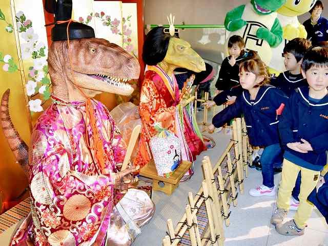 期間限定でお目見えした恐竜ひな人形=17日、勝山市の県立恐竜博物館