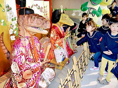リアル恐竜びな、県恐竜博物館にお目見え