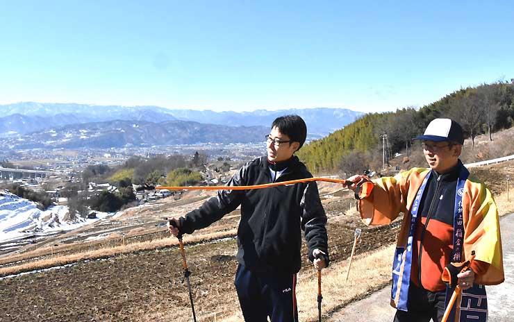 「稲倉の棚田」の歩くコースを下見する井出さん(左)と石井さん