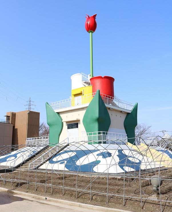 第70回となみチューリップフェアに向け、建て替えられるチューリップタワー=砺波チューリップ公園