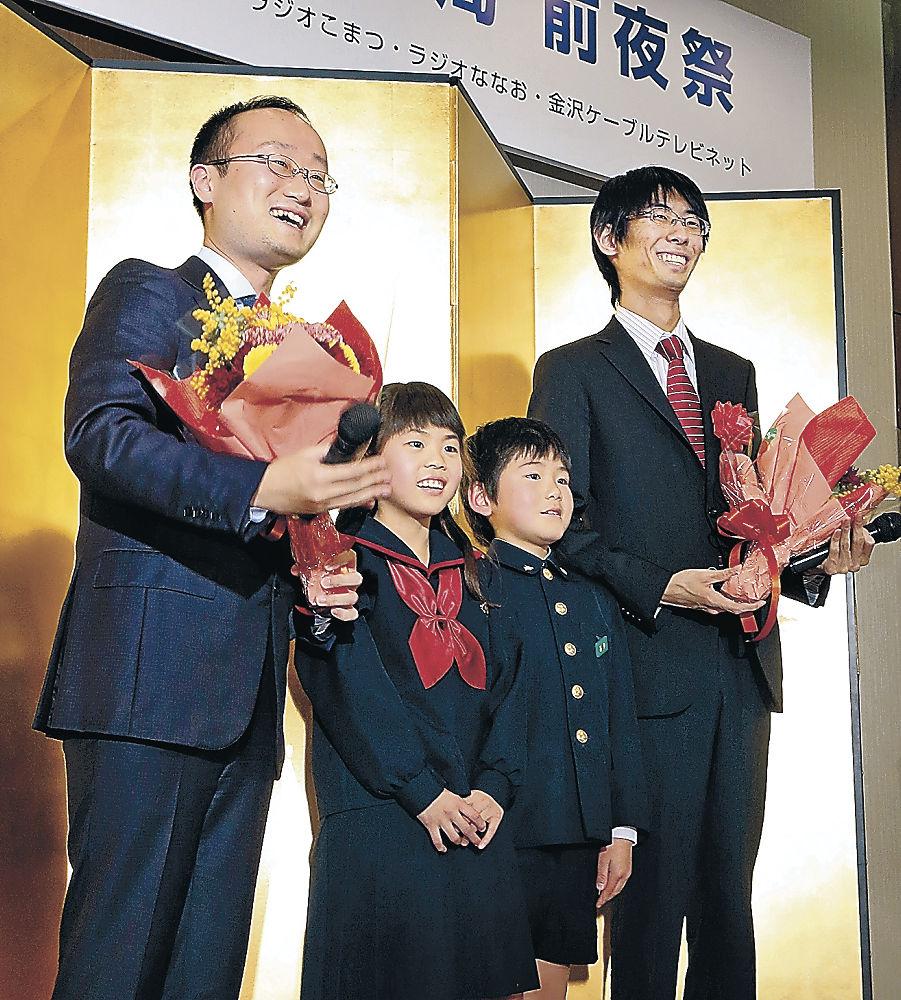 記念撮影で笑顔を見せる渡辺棋王(左端)と千田六段(右端)=金沢市内のホテル