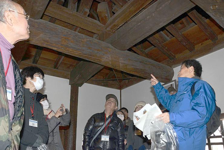 松本城の乾小天守で天井などを見学する参加者