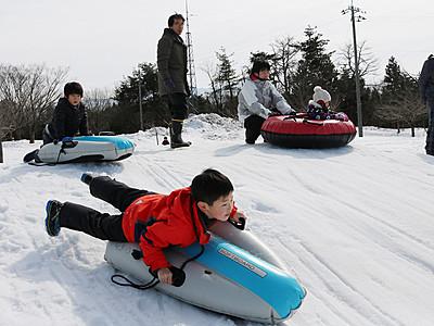 そり滑り、牧場の冬満喫 くろべ牧場冬フェス