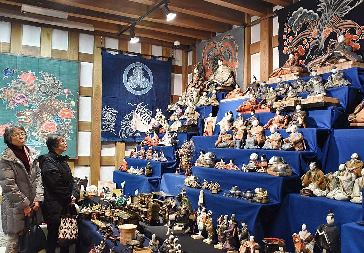 享保雛をはじめ、多彩なひな人形が並ぶ「ギャラリー沙蔵」