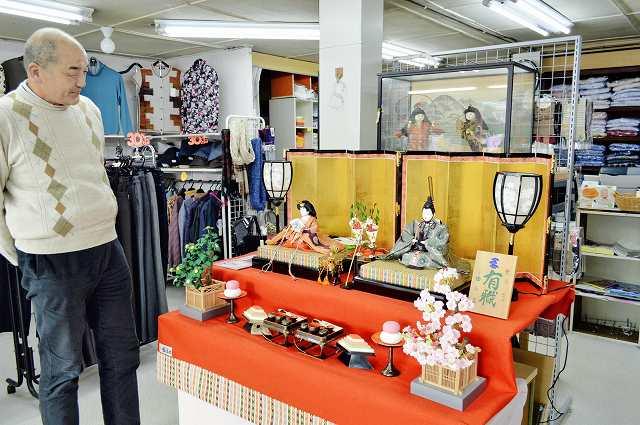 商店街の店先に展示されているひな飾り=19日、高浜町三明