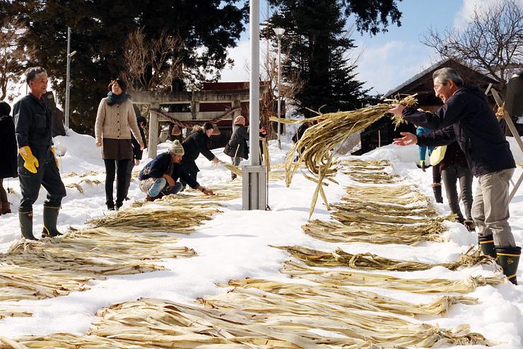 雪さらしの作業を体験する参加者ら