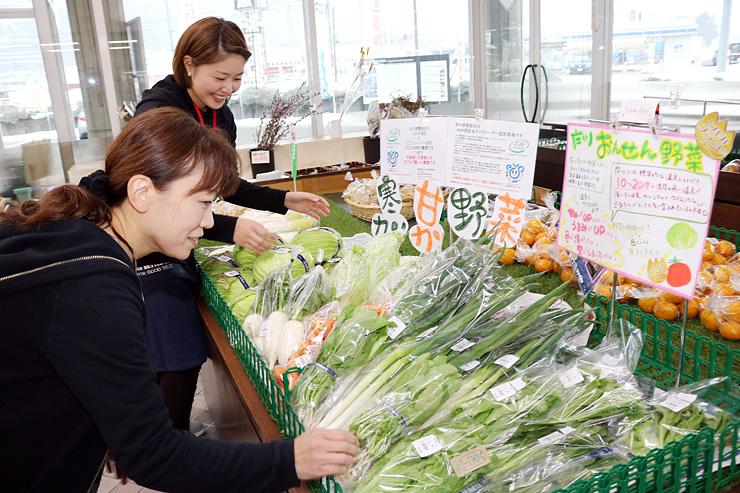 多くの種類の野菜をそろえる道の駅庄川の売り場