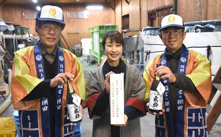 酒米オーナーへの参加を呼び掛ける岡崎さん(中央)ら