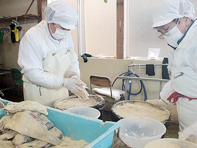 ぬか漬け「こんかブリ」仕込み 氷見の柿太水産