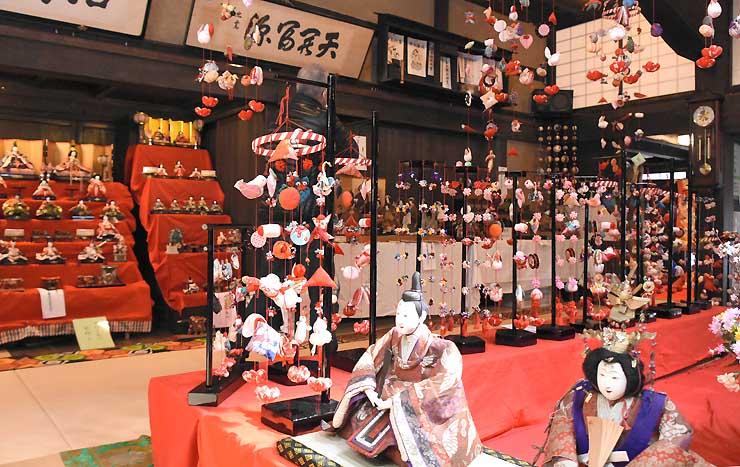 昭和初期や江戸時代のひな飾りも並ぶ会場