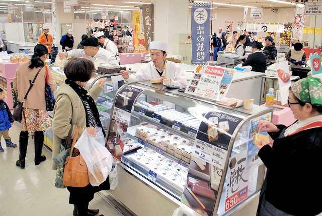 各地の信金が薦めるご当地グルメを集めたフェスタ=23日、福井市の西武福井店