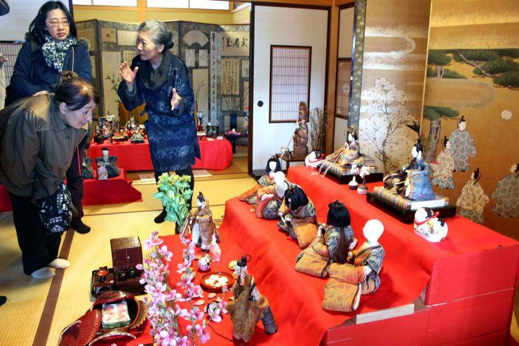 さまざまなひな人形が並ぶ「ひな雪見かざり」=南魚沼市塩沢の「中島屋」
