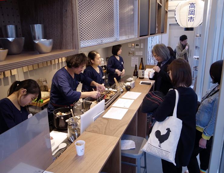 高岡市の食材を使っておでんや昆布おにぎりを提供する施設=東京都港区