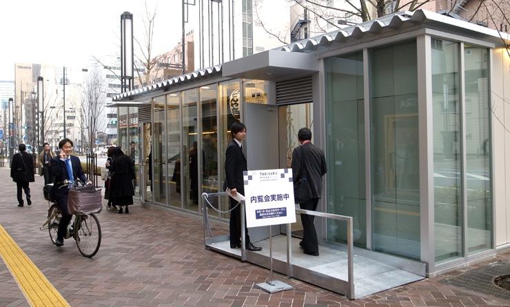 新虎通りの広い歩道に設置された高岡市のスタンド