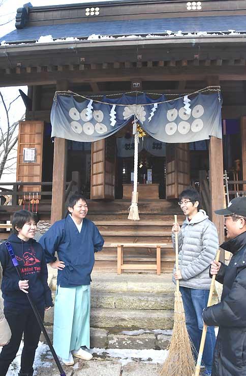 真田神社で境内の掃除や観光ガイドを担う「守人会」のメンバー