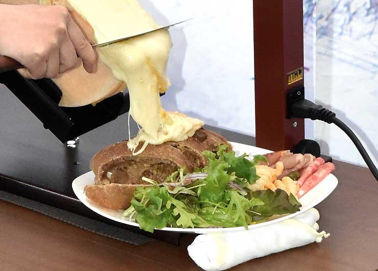 第4回ゲレ食バトルを制した「ハイジのラクレット」。熱々のチーズを掛けて食べる
