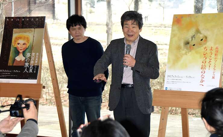 レセプションで企画展について話す(右から)高畑さんと奈良さん