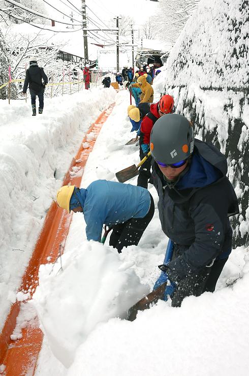 ケーブルカーの軌道を除雪する作業員=立山町千寿ケ原の立山駅周辺