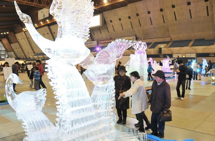 動物や人をかたどった作品15点が並ぶ氷の彫刻展